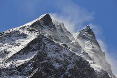 Fuertes vientos que soplan nieve sobre picos de montaña en el Himalaya Imagenes de archivo