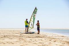 Fuerteventura ö, Spanien 12 Juni 2017: den unga aktiva mannen tar en surfingkurs med en instruktör på havet Arkivfoto