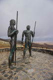 Fuerteventura - Brązowe statuy dwa królewiątka Ayose i postać przy przepustką Betancuria Obraz Royalty Free