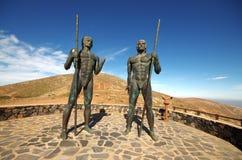 Fuerteventura - Brązowe statuy dwa królewiątka Ayose i postać przy t Zdjęcia Royalty Free