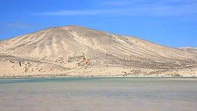 Fuerteventura - Canarische Eilanden - September 2015 - Kitesurfer in actie betreffende Fuerteventura stock videobeelden