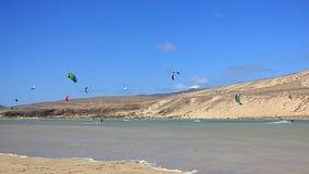 Fuerteventura - Canarische Eilanden - September 2015 - Kitesurfer in actie betreffende Fuerteventura stock video