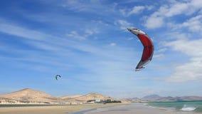 Fuerteventura - Canarische Eilanden - September 2015 - Kitesurfer die op een strand op de Canarische Eilanden van Fuerteventura l stock videobeelden