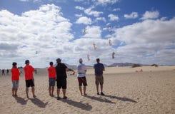 FUERTEVENTURA, ESPANHA - 10 DE NOVEMBRO: Um grupo de entusiasta do papagaio para voar seus papagaios na formação no 31th festival imagens de stock royalty free