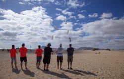 FUERTEVENTURA, ESPANHA - 10 DE NOVEMBRO: Um grupo de entusiasta do papagaio para voar seus papagaios na formação no 31th festival fotos de stock royalty free