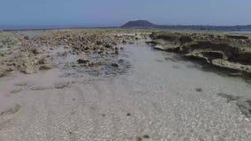 Fuerteventura: Groot Playas-strand, één van de beroemdste stranden voor het surfen en vlieger die, glashelder water, rots surfen stock videobeelden
