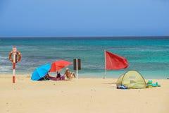 Fuerteventura Hiszpania, JUL 30 -, 2017: Ludzie przy oceanem wyrzucać na brzeg w wysokim szczytowym sezonie Fuerteventura sławny  Fotografia Royalty Free