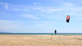Fuerteventura - islas Canarias - septiembre de 2015 - Kitesurfer que camina en una playa en las islas Canarias de Fuerteventura almacen de metraje de vídeo