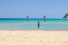 Fuerteventura, Isole Canarie 8 giugno 2017: Un uomo sta godendo del fare windsurf è necessario da imparare facendo uso di una scu Fotografia Stock