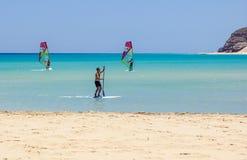 Fuerteventura, Isole Canarie 8 giugno 2017: Un uomo sta godendo del fare windsurf è necessario da imparare facendo uso di una scu Fotografie Stock