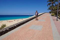 Fuerteventura kanariefågelöar - 16 Juni 2017: Promenera med tropiska växter och blommor i Morro Jable Det är Arkivfoton