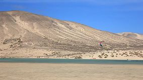 Fuerteventura - kanariefågelöar - September 2015 - Kitesurfer i handling på Fuerteventura lager videofilmer