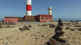 Fuerteventura, Kanarische Inseln: Ansicht des Toston-Leuchtturmes, nahe dem Fischerdorf von EL Cotillo, am 3. September 2016 stock footage