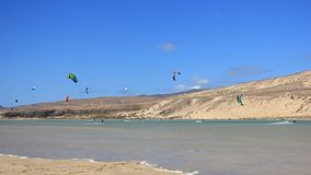 Fuerteventura - Kanarische Inseln - September 2015 - Kitesurfer in der Aktion auf Fuerteventura stock video