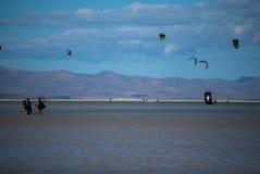 Fuerteventura, kitesurfers στοκ εικόνα με δικαίωμα ελεύθερης χρήσης