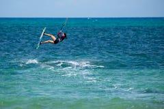 Fuerteventura - może 27 2018: atleta w sesi szkoleniowa przy flaga plażą obrazy royalty free