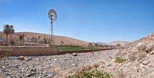 Fuerteventura - silnik wiatrowy przy wioską Buen Paso Fotografia Stock