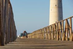 Fuerteventura Spanien 13 juni 2017: Koppla ihop att gå på den near stranden för gångbanagrändbanan på solnedgången Royaltyfria Foton
