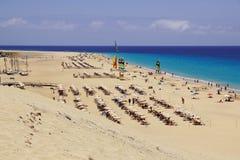 Fuerteventura Spanien 16 Juni 2017: Panoramautsikt av en östrand Strandaktiviteter är den bästa vägen att koppla av Arkivfoton