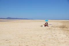 Fuerteventura, Spanje - 8 Juni 2017: gelukkig paar die bij het Fuerteventura-woestijnstrand zonnebaden Royalty-vrije Stock Foto