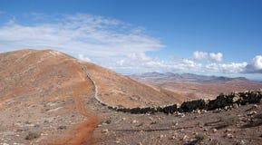 Fuerteventura - Spur auf dem Gebirgsrücken über Betancuria Lizenzfreie Stockfotos