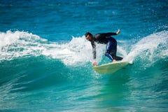 Fuerteventura - 2017 04 10: surfingowiec podczas zimy stażowych sess fotografia stock