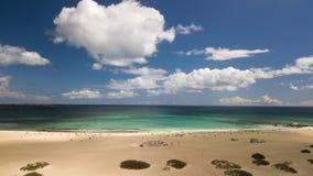 Fuerteventura: vista de la escuela de la playa de la bandera de la cometa en un witho del día Imagen de archivo