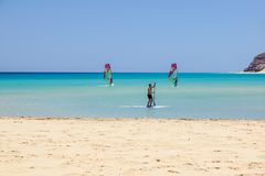 Fuerteventura, wyspa kanaryjska 08 2017 Czerwiec: Mężczyzna cieszy się windsurfing ja jest konieczny uczyć się używać kipieli szk Zdjęcie Stock