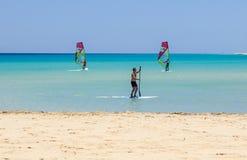 Fuerteventura, wyspa kanaryjska 08 2017 Czerwiec: Mężczyzna cieszy się windsurfing ja jest konieczny uczyć się używać kipieli szk Obrazy Royalty Free