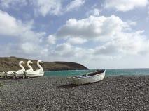 Fuerteventura: zwaan-vormige pedaalboot op het zwarte strand van Pozo-Zwarte in lavastrand Royalty-vrije Stock Foto
