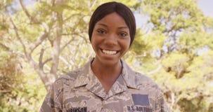 FUERZA AÉREA de los E.E.U.U. femenina feliz de los militares con sus dos niños metrajes