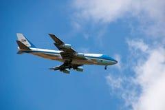 Fuerza aérea 1 y presidente Trump en acercamiento final en el aeropuerto de Standsted en Inglaterra fotografía de archivo