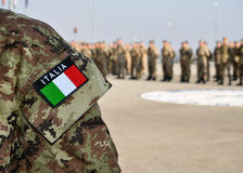 Fuerzas armadas de arma del italiano uniformes con el tricolore Imagen de archivo libre de regalías