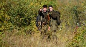 Fuerzas del ejército camuflaje Uniforme militar Cazadores del hombre con el arma del rifle Boot Camp Habilidades de la caza y equ foto de archivo