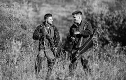 Fuerzas del ej?rcito camuflaje Amistad de los cazadores de los hombres Habilidades de la caza y equipo del arma C?mo caza de la v imagen de archivo
