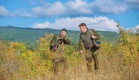 Fuerzas del ej?rcito camuflaje Cazadores del hombre con el arma del rifle Boot Camp Amistad de los cazadores de los hombres Unifo fotografía de archivo
