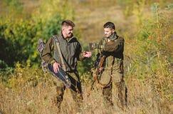 Fuerzas del ej?rcito camuflaje Moda del uniforme militar Amistad de los cazadores de los hombres Habilidades de la caza y equipo  imágenes de archivo libres de regalías