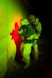 Fuerzas especiales o equipo del contratista durante la misión/la operación de la noche Fotos de archivo