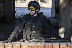 Fuerzas especiales rusas que entrenan en un terreno de entrenamiento militar Fotografía de archivo