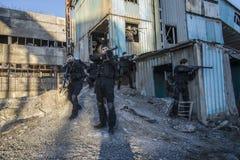 Fuerzas especiales rusas que entrenan en un terreno de entrenamiento militar Imágenes de archivo libres de regalías