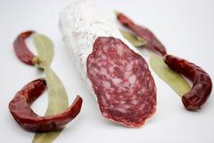 Fuet каталонский тонкий, сухой вылечено, сосиска мяса свинины в кишке свинины стоковое изображение