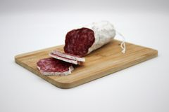 Fuet каталонский тонкий, сухой вылечено, сосиска мяса свинины в кишке свинины стоковая фотография