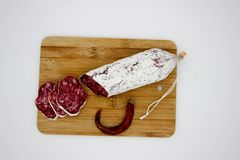 Fuet каталонский тонкий, сухой вылечено, сосиска мяса свинины в кишке свинины стоковые изображения