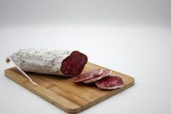 Fuet каталонский тонкий, сухой вылечено, сосиска мяса свинины в кишке свинины стоковое фото