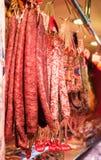 Fuet catalan torra korvar på den LaBoqueria marknaden i Barcelona arkivbilder