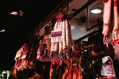 Fuet korvar i La Boqueria marknadsför i barcelona Spanien arkivbild