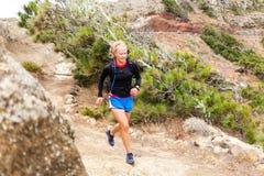Fuga da mulher que corre nas montanhas Imagens de Stock