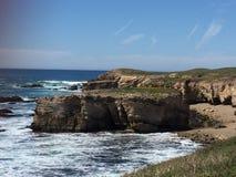 Fuga de Buchon do ponto - wildflowers, blefes e cavernas com vista para o mar fotografia de stock royalty free