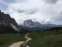 Fuga de caminhada maravilhosa em um cume com grande vista às montanhas altas Imagens de Stock Royalty Free