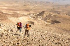 Fuga de caminhada de quatro mochileiros, deserto do Negev, Israel fotografia de stock royalty free